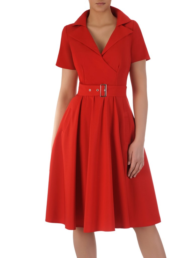 Rozkloszowana sukienka z modnym kołnierzem 15714, czerwona kreacja z paskiem.